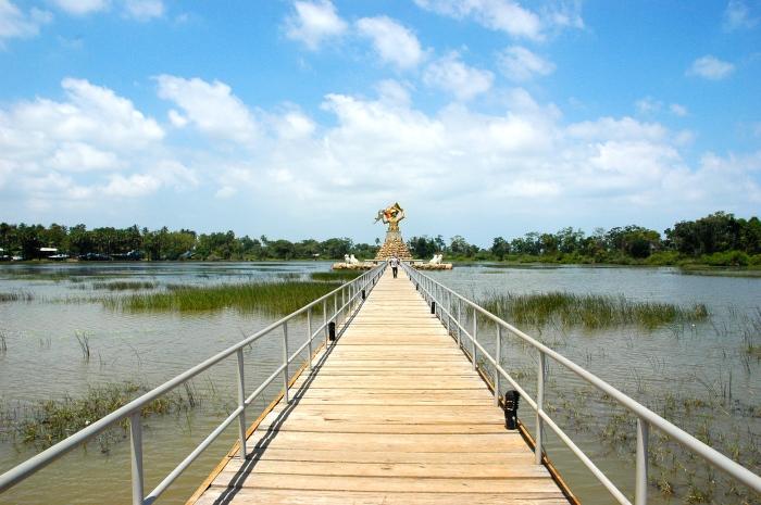 War memorial on the lagoon
